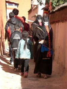 ...was die Kloester schoen und stimmungsvoll macht sind immer wieder die Pilger - hier mit wunderschoenem Haarschmuck