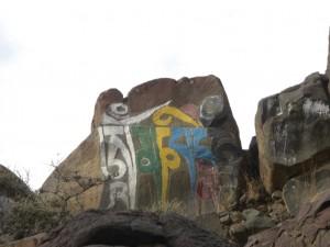 ...neben der Aussicht sind die Felszeichnungen das schoenste - Eremiten und Moenche des Klosters haben sie in jahrelanger Arbeit erstellt - hier die Meditationsformel: Ohm mani padme hum