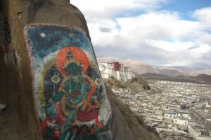 ...die Kombination von Dzong und Felsenbildern ergibt ein Bild, das schoener nicht sein kann...