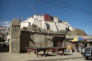 ...Tibeter lieben Billiard - da es nie regnet stehen die Tische neben dem Markt im Freien...