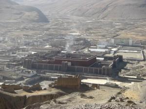 ...von oben sieht man sehr schoen die mongolische Bauweise des Klosters und die speziellen Farben der MAuern