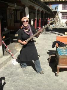 ...am Weg versucht sich DAni als Musikerin mit einer traditionellen tibetischen Gitarre