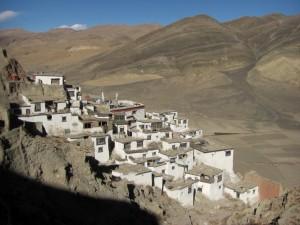 ...die Behausungen der Moenche schmiegen sich an den HAng um das Kloster