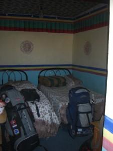 ...unsere Unterkunft in Tingri - 2 Betten mit Waschschuessel, alles was man braucht