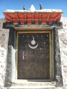 ...am Weg zur Milarepas Hoehle eine wunderschoene Eingangstuer eines tibetischen Hauses