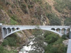 ...das ist die Grenzbruecke - rechts China(modern, rechtsverkehr), links Nepal(Chaos, linksverkehr :-))