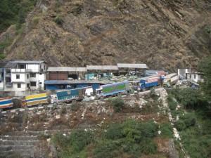 ...die Schlangen der LKWs an der nepalesischen Grenze - das Chaos hat uns wieder :-)