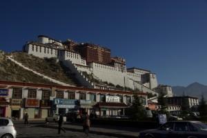 Nun ists soweit - das grosse Wahrzeichen Tibets, das Zeichen fuer dessen einstige Groesse und die Allmaechtigkeit des Gottkoenigs Dalai Lama - der Potala - kommt in Sicht