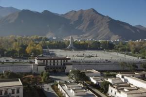 ...der grosse, von den chinesen angelegte Platz vor dem Potala mit dem schrecklichen Denkmal zur friedlichen Befreiung Tibets - bei so viel Unverschaemtheit und Arroganz der Chinesen bewundert man den relativen Gleichmut der Tibeter...
