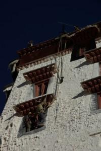 ...auch der Potoala wird fuer die Ankunft des Gottes unter Halsbrecherischen Kletteruebungen neu gemalt :-)