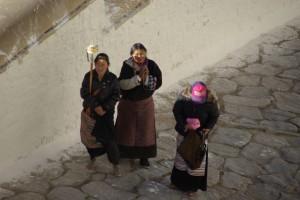 Der Potala zaehlt, da er die Graeber aller Dalai Lamas enthaelt zu den wichtigsten Pilgerstaetten der Tibeter