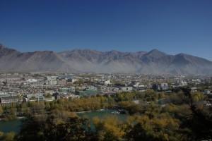 Wunderschoener Blick auf den Teil von Lhasa der hinter dem Potala liegt - heute Industriezone, frueher alles Wiesen auf denen friedlich Yaks grasten