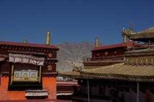 ...die Kombination der klaren Bergluft mit den kargen Bergen und tibetischem Tempel ist einfach traumhaft