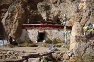 direkt in den Felsen hineingebaut das kleine Kloster Tashi Dor - drinnen benoetigen wir Kerzen, um was zu sehen