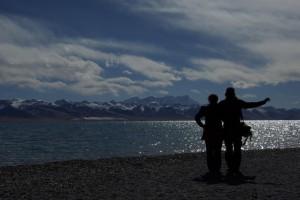 ...das auf 4700m doch eiskalte Wasser haelt sich aber davon ab :-) und so bleibts beim Spazieren...