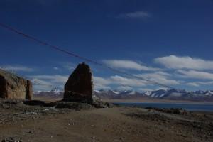 ...in Kombination mit den allgegenwaertigen Gebetsfahnen bilden die Steinformationen eine faszinierende Kulisse
