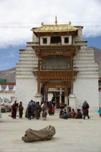 Pilger warten vor dem Eingang von Samye - hierher kommen fast keine Touristen mehr (bis auf uns :-))