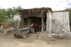 SAmye wurde von den Chinesen komplett zerstoert und noch bis in die 80er Jahre als Schweinestall benutzt - manche Ruinen kuenden noch davon