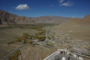 der Blick von der Burg runter ins Tal Richtung Tsetang, von wo wir gekommen waren