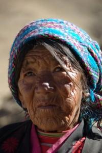 am Rueckweg begegnen wir dieser tibetischen Frau - Wind Wetter und viele Erlebnisse praegen ihr Gesicht