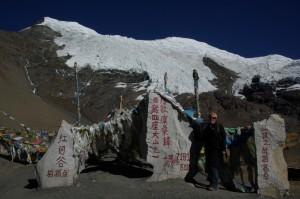 Kurzer Stopp am Karo La Pass mit dem Mount Nojin Kangtsang (7191m) im Hintergrund
