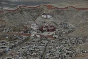 Blick vom Dzong auf den heiligen Bezirk mit Tempel und Kumbum mit anschliessender Altstadt