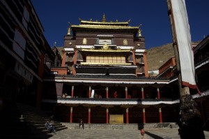 ...eines der Gebaeude im Tashilunpo Kloster - ueberwaeltigend, die Pracht und der Reichtum.