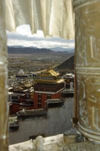 ...der Blick von oben auf die Gebaeude mit den Graebern der Panchen Lamas ist grandios