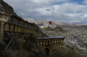...schliesslich biegen wir um eine Ecke und sehen ihn - der Dzong von Shigatse, der wahrscheinlich das Vorbild fuer den Potala in Lhasa war.