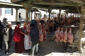 ...der Tag in Shigatse hatte auch Gutes - wir konnten in Ruhe den taeglichen Schaffleischmarkt beobachten :-)...