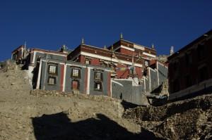 ...manche Gebaude des grossen Sakyaklosters sind auf die Haenge dahinter gebaut - die  Mauerfarben Grau-Rot-Weiss sind chartakteristisch fuer Sakya