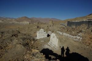 ...am Huegel stehen die Ruinen einiger Nebengebaude des Klosters - natuerlich Relikte der kulturellen Revolution