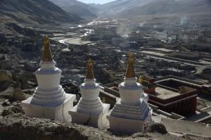 ...der morgendliche Blick ueber das erwachende Sakya - der Rauch der Yakmistfeuer schwebt ueber der Stadt. Ein Traum...