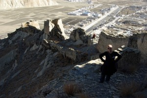 ...wir klettern die Dzongmauer entlang Richtung Spitze des Huegels