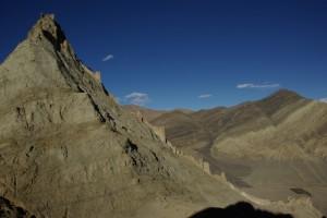 Die Mauern erstrecken sich ueber die ganze Huegelkette vom Kloster am Huegelfuss bis zur Spitze