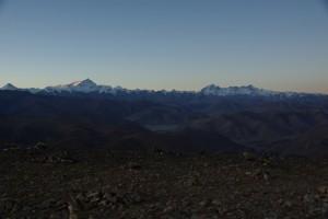 Wir bibern in der KAelte, 3000m hoeher auf den Spitzen der 8000er sind bereits die ersten Sonnenstrahlen - vlnr Makalu(8462m), Lhotse (8516m) und Everest (8848m), ganz rechts der Cho Oyu (8201m)