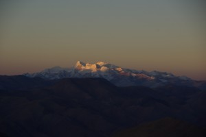 ...der Shishapagma (mit 8013m der niederste 8000er) wird von der Sonne wachgekuesst...