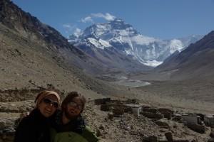 Natuerlich liessen wirs uns nicht nehmen trotz der Hoehe die zugegeben kurze Kora(Pilgerrunde) um das Kloster zu machen - dabei dominiert das Bild natuerlich die Nordflanke des Everest