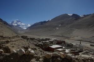 ...das Rongbuk Kloster - traumhaft, kurz vor dem Everest Basislager gelegen - die letzte ganzjaehrig bewohnte Siedlung am Weg zum Everest