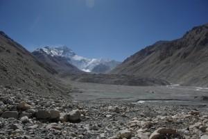 Das Ziel unserer Wanderung liegt vor uns - das etwas trostlos wirkende Everest Basislager am Beginn des Rongbuk Gletschers