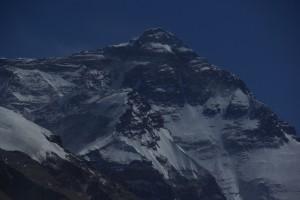 ... ein wunderschoener Blick auf die Nordflanke des Everest tut sich uns auf