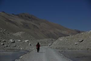 ... und somit drehen wir zu Fuss dem Everest den Ruecken und machen uns an den Abstieg, wo uns dann bald das Auto mit dem tobenden Namso entgegenkommt