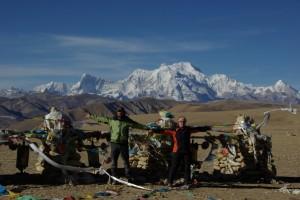 ...die Kombination von schneebedeckten Bergen (Shishapagma) und Gebetsfahnen ergibt die schoensten Bilder