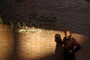 Alex vorm 5-Sterne-Hotel Yak und Yeti - vor 9 Jahren war die Expedition in dem Hotel untergebracht
