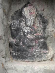 ...typisch fuer Pilgerstaetten, wo der heillige Ort das erste Mal sichtbar wird ist eine Goetterstatue - in dem Fall der elefantenkoepfige Ganesha