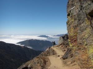 Der Weg schlaengelt sich das steile Tal entlang