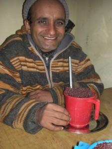 Den Abschluss der Wanderung muss man feiern - gemuetliches Zusammensitzen bei einem Becher Milletbier :-)