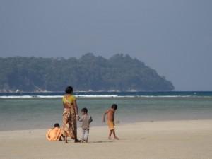 Die Einheimischen geniessen den Strand genauso wie wir Auslaender