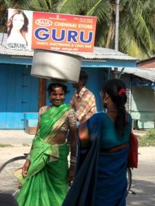 Getragen wird - wie in urspruenglichen Gebieten Indiens -  das Meiste auf dem Kopf