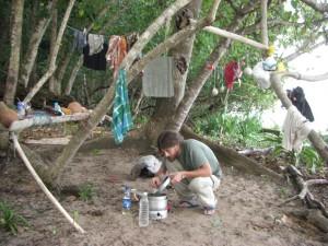 Alex beim Kochen des taeglichen Chai, des indischen Tees mit Milch (Milchpulver), Gewuerznelken und Kardamon